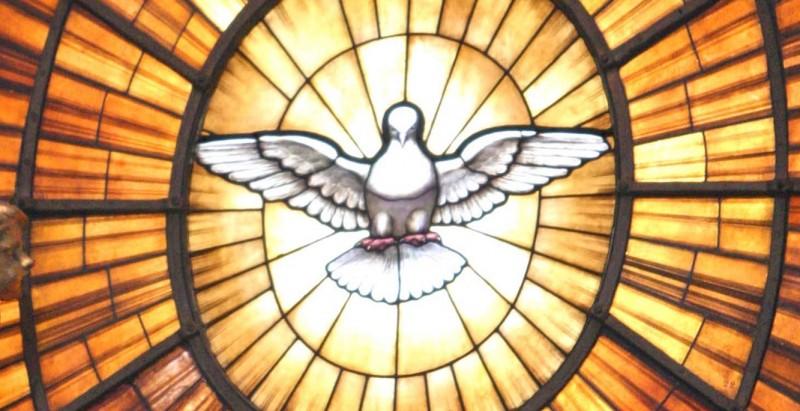 V krščanski ikonografiji je Sveti Duh upodobljen kot bel golob